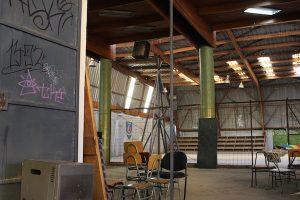 Gimnasio del Liceo Darío Salas de Santiago, clausurado desde 2010 a causa de los daños ocasionados por el terremoto de febrero de ese año. La frase, borrada en 2007, se encontraba en todas las salas de clase del establecimiento y ocupaba el lugar donde hoy está la insignia.