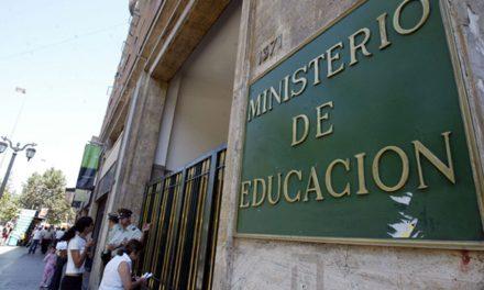 Contraloría detecta 122 millones en honorarios pagados irregularmente en la Seremi de Educación